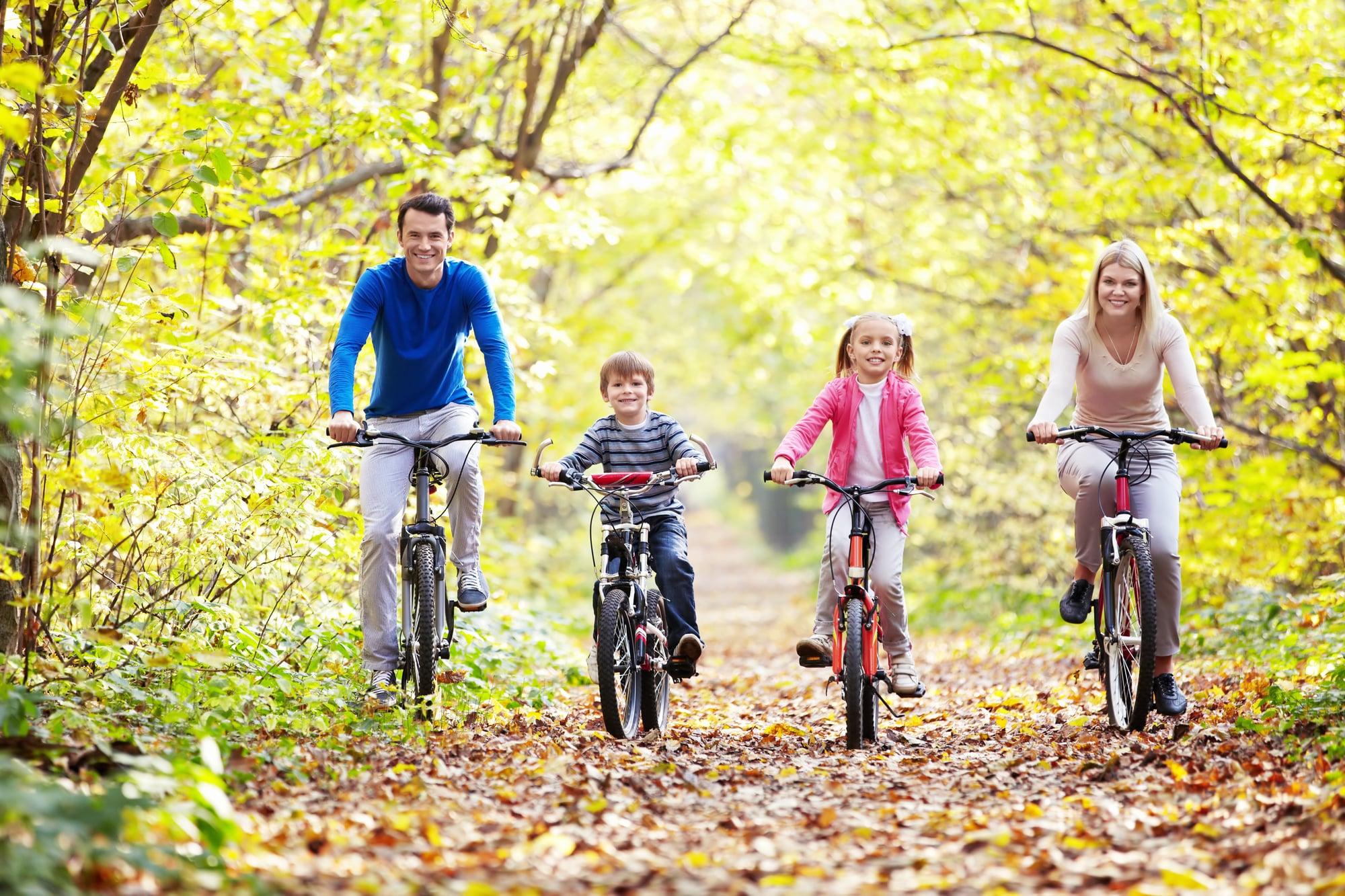 Perhe pyöräretkellä